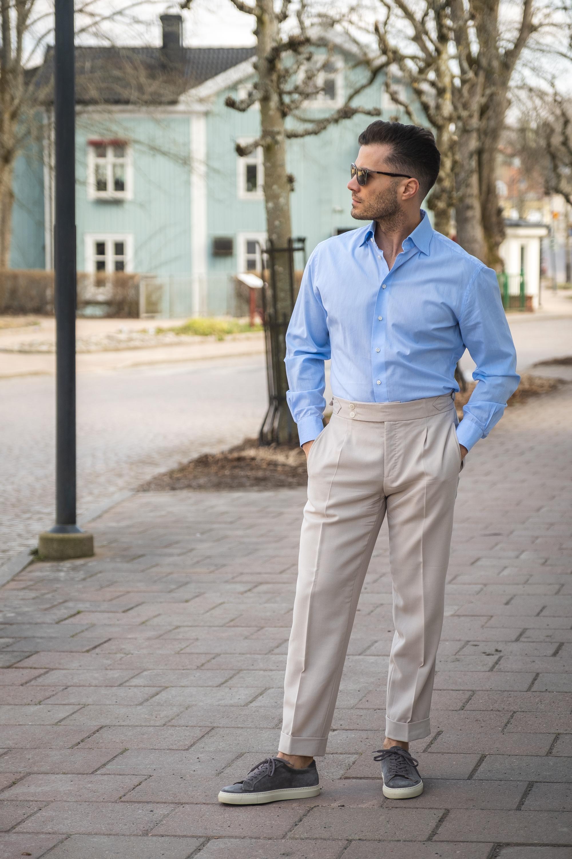 buty sportowe i eleganckie spodnie w kant