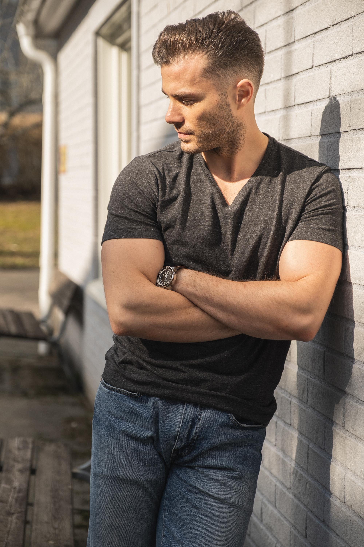 jeansy i t-shirt z trampkami