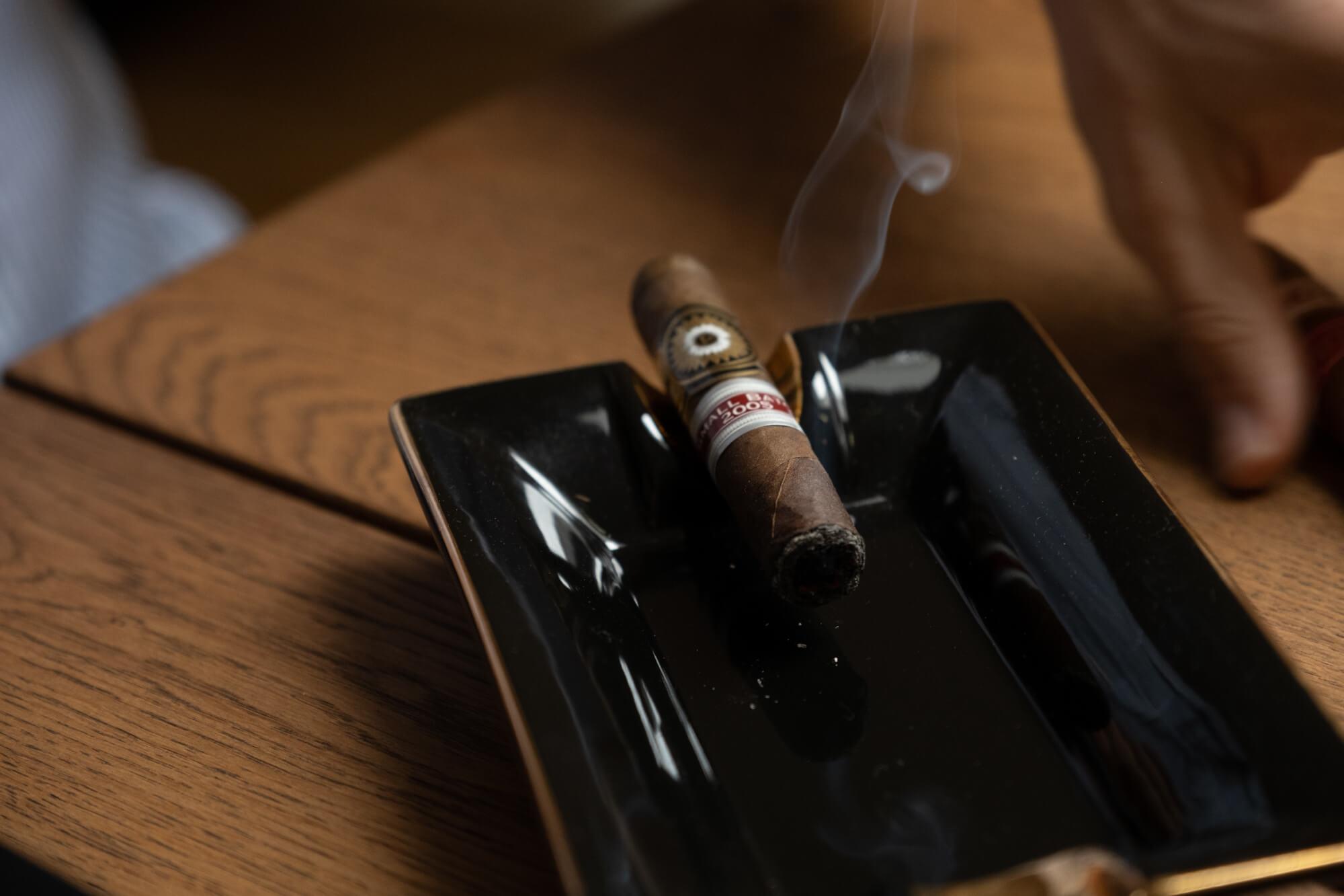 palące się cygaro