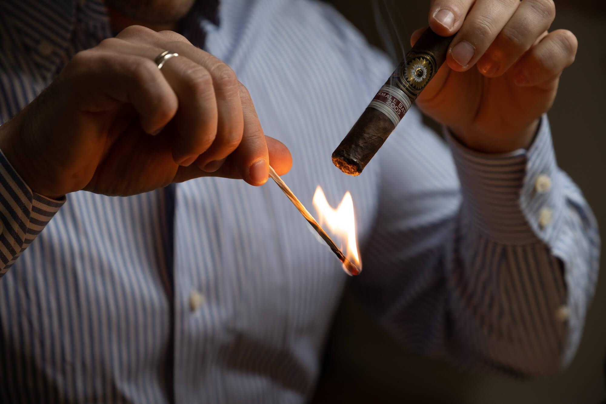 rozpalanie cygara zapałkami