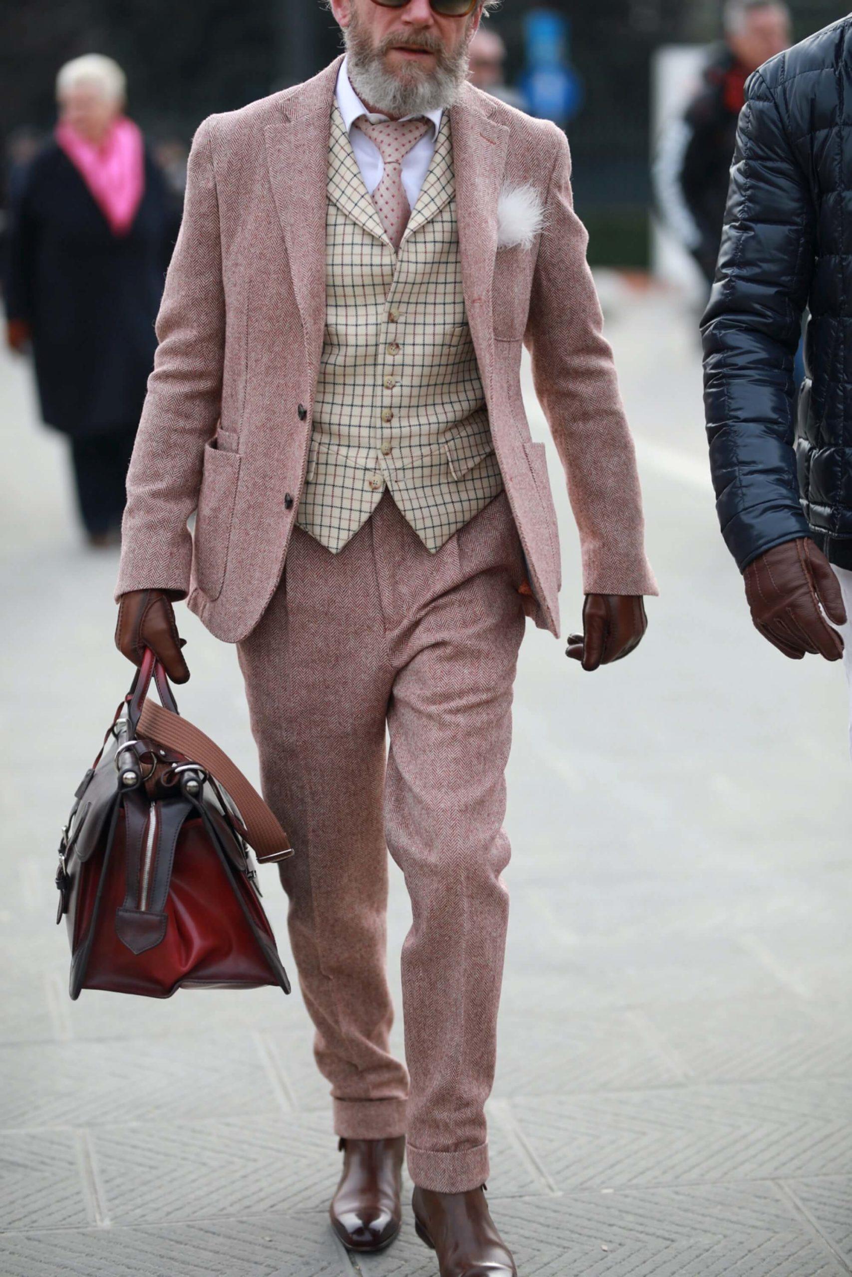 mężczyzna w trzyczęściowym garniturze