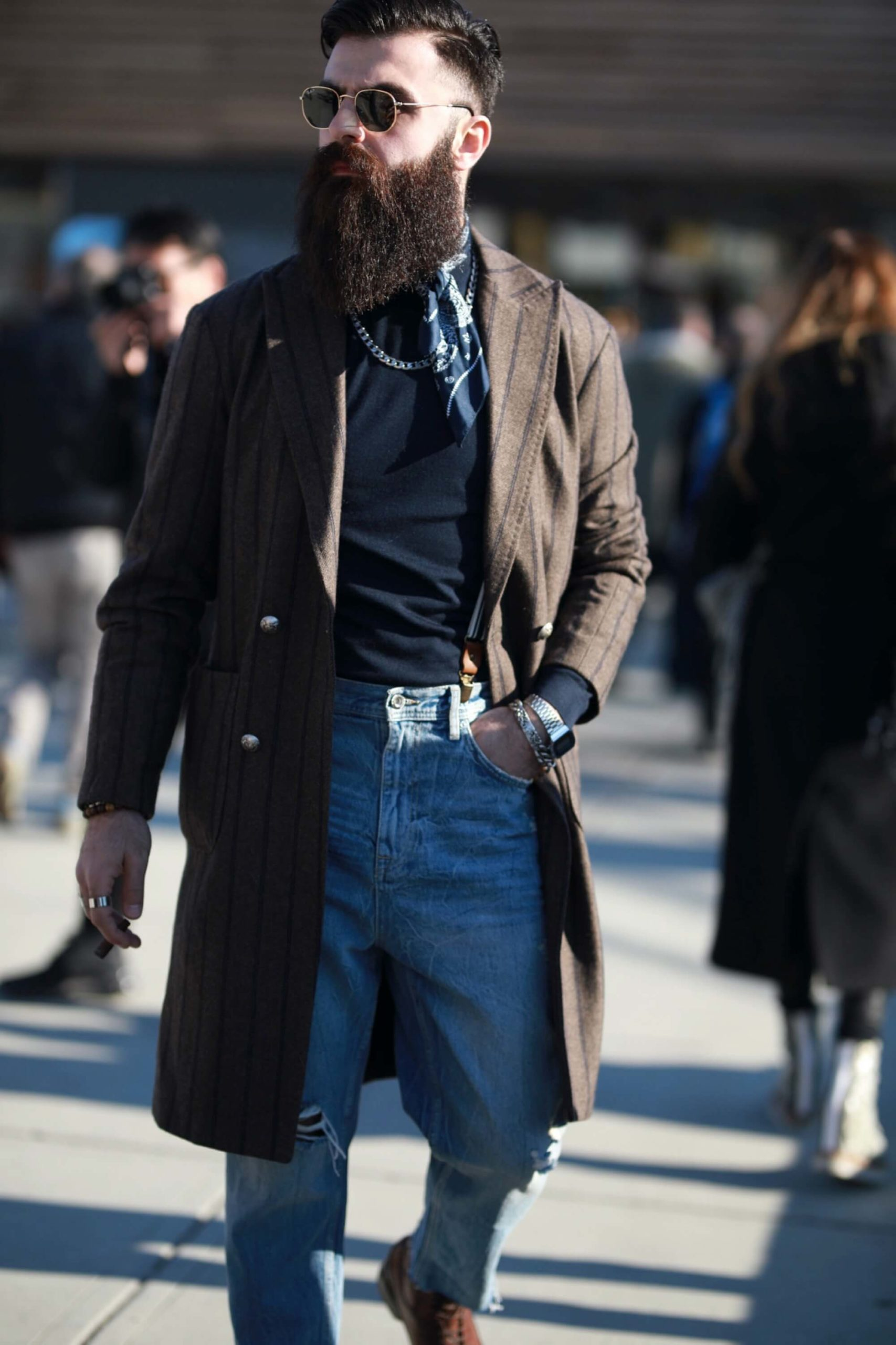 płaszcz w paski i jeansy