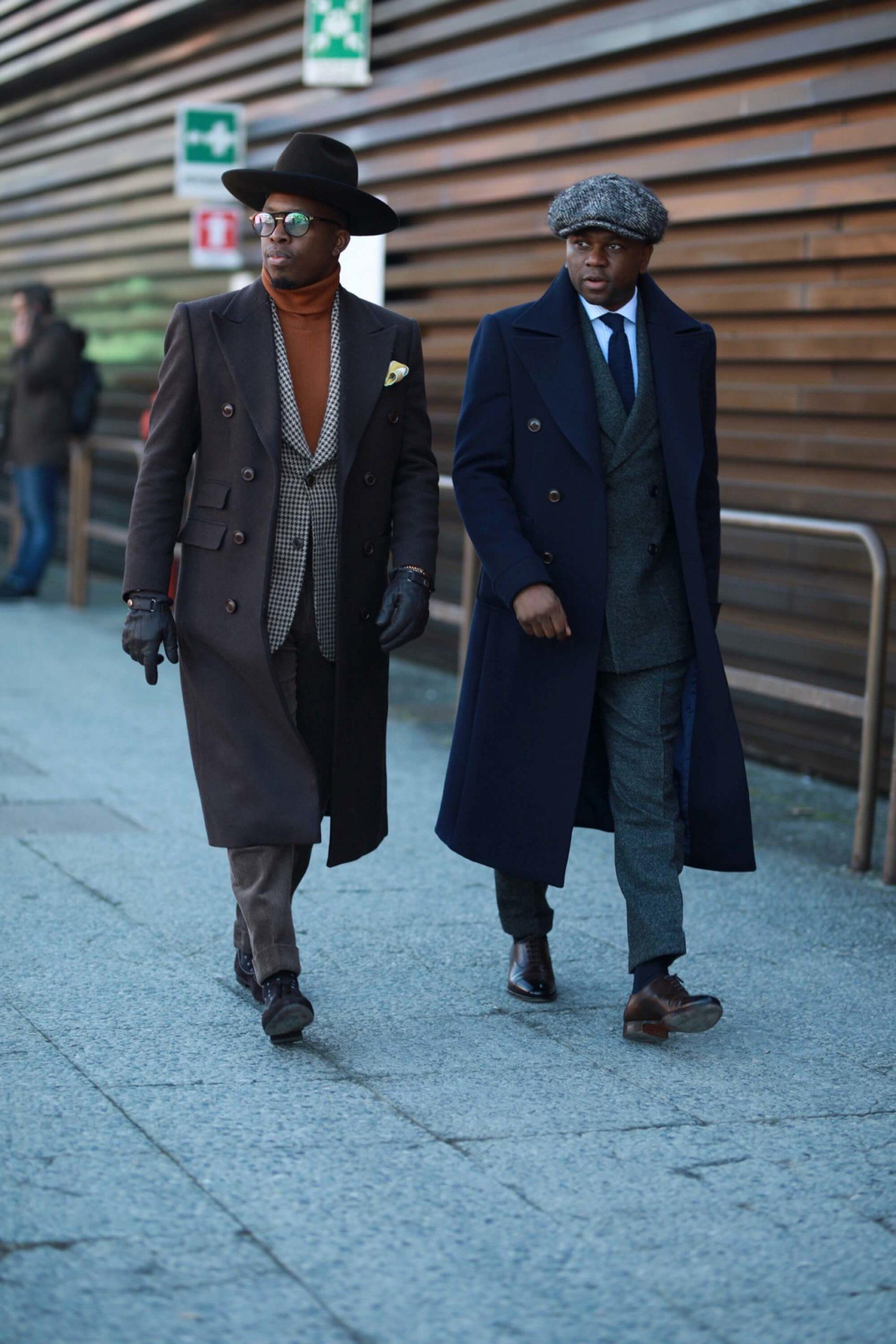 para eleganckich mężczyzn w płaszczach