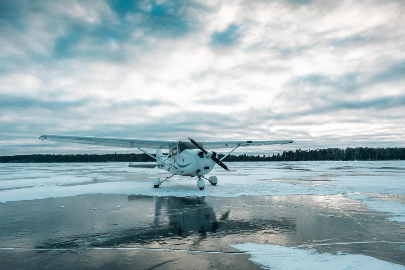 lądowanie na zamarzniętym jeziorze cessną
